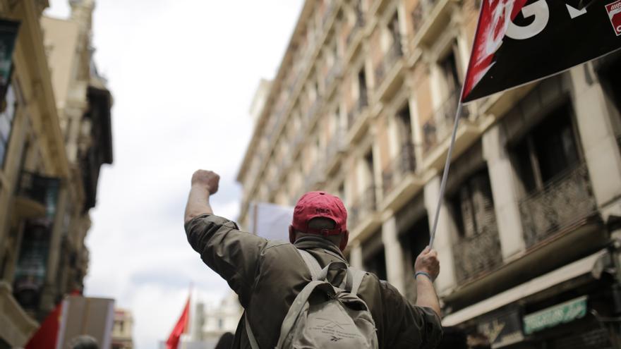 Un manifestante de CGT en la marcha del Día del Trabajo en Madrid, este 1 de Mayo.