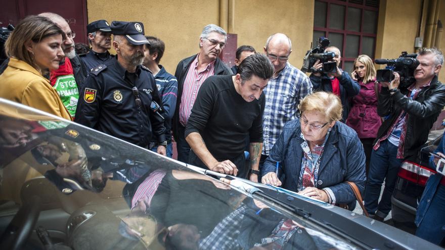 La gestora de la comisión judicial levanta acta ante la expectación de los medios de comunicación y la procuradora.   Joaquín Gómez Sastre