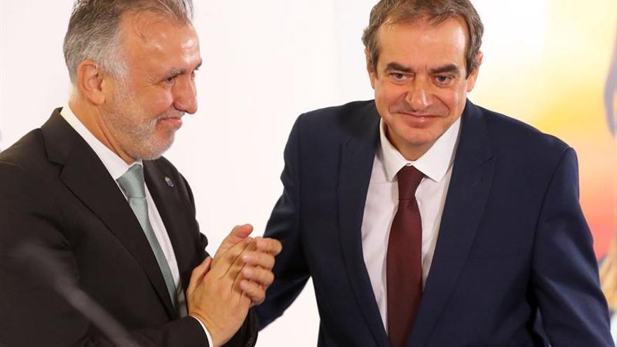 El presidente del Gobierno de Canarias, Ángel Víctor Torres, felicita al periodista Francisco Moreno en el acto de su nombramiento como nuevo administrador único de Radiotelevisión Canaria (RTVC), celebrado este viernes en Las Palmas de Gran Canaria.
