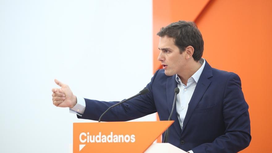"""Rivera advierte a Sánchez de que no puede crear una comisión """"para contentar al señor Junqueras y al señor Puigdemont"""""""