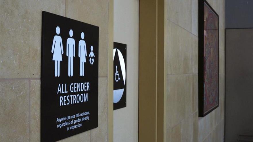 La orden de permitir a los transexuales elegir bañó genera debate en P.Rico