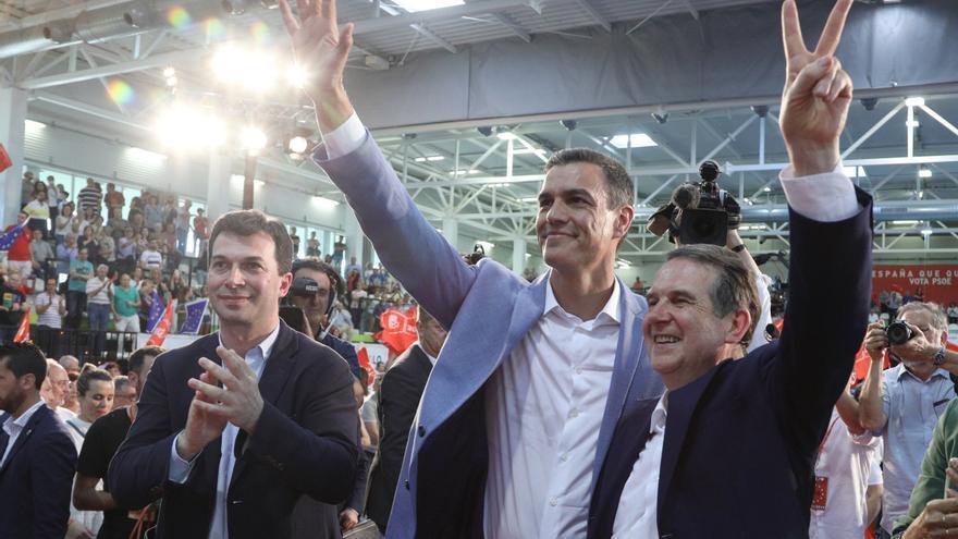 El alcalde de Vigo, Abel Caballero, en su mitin junto a Pedro Sánchez