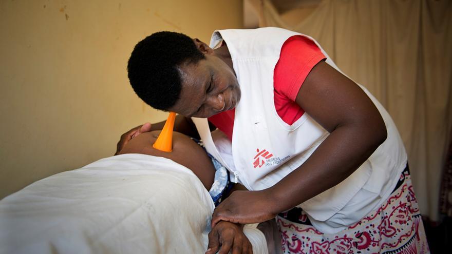 """Cynthia, comadrona en el programa de Prevención de la Transmisión del VIH de Madre a Hijo de MSF en Tsholotsho, lleva más de la mitad de su vida ayudando a dar a luz. A Cynthia se le ilumina la cara cuando habla del momento del parto: """"las madres no están enfermas, simplemente embarazadas. Están doloridas y asustadas, y me dedico a tranquilizarlas y ayudarlas en ese momento importante de su vida. Son tan felicites cuando, después de haber seguido el programa, ven que sus hijos son negativos"""", explica Cynthia. Fotografía: Susana Oñoro"""