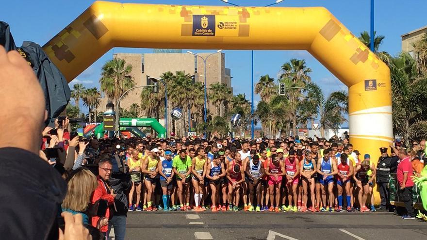 Los corredores de la 10k en la línea de salida.