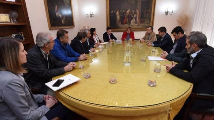 Rosario Cordero y Fernando G.Nicolás con los empresarios en la firma del nuevo contrato