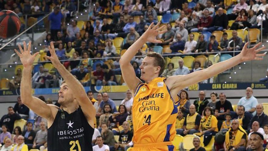 El jugador del Herbalife Gran Canaria Anzejs Pasecniks (d) y el jugador del Iberostar Tenerife Tim Abromatis (i). EFE/Elvira Urquijo A.