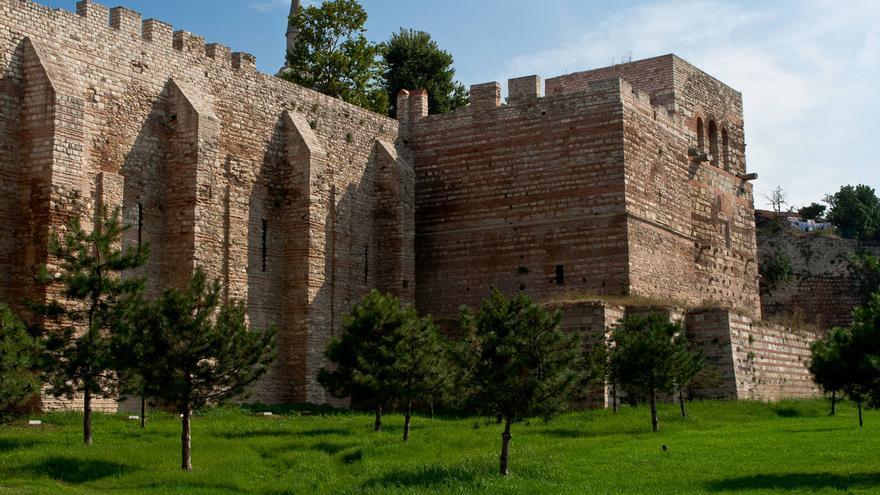Murallas de Teodosio; sistema defensivo de la antigua Constantinopla. VIAJA AHORA