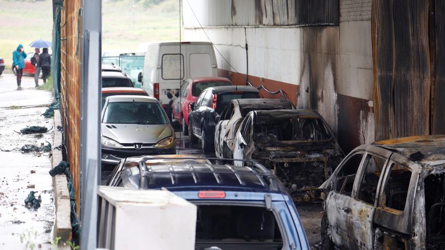 Destruida por el fuego en Córdoba la nave de un multimarca de vehículos