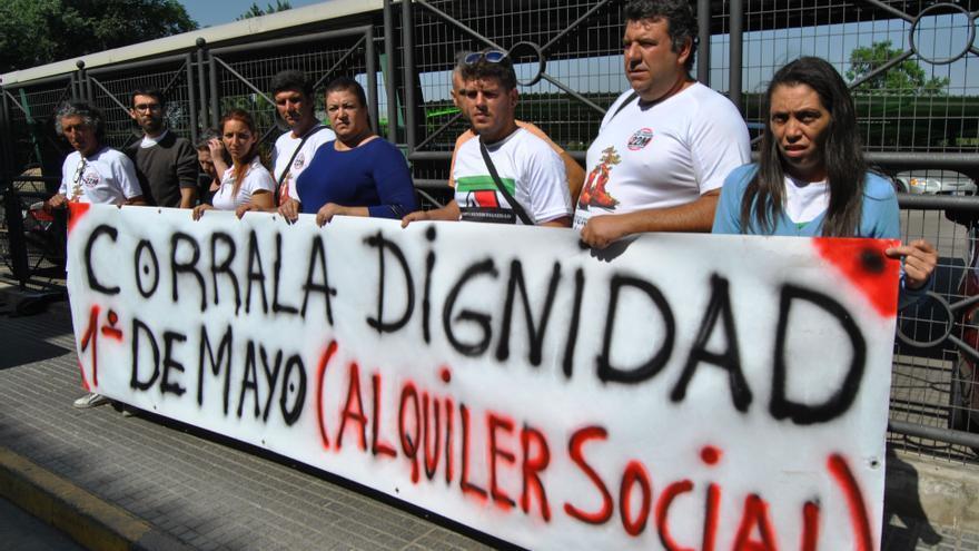 Protesta de los miembros de la Corrala frente a la oficina de Aqualia / JCD