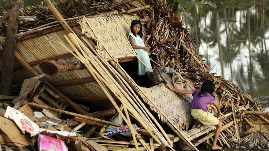 Al menos 8 muertos en el centro de Filipinas por el azote del tifón Melor