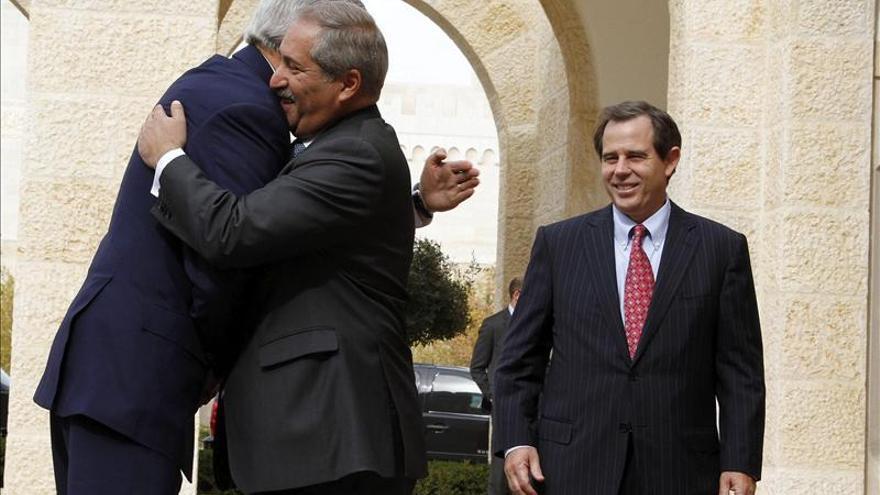 Kerry se reune con el rey Abdalá y con Mahmud Abás en su visita a Jordania