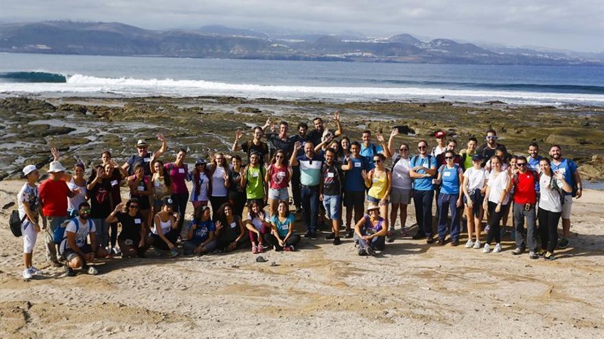 Unos 60 jóvenes limpian la costa de El Confital en una jornada medioambiental.