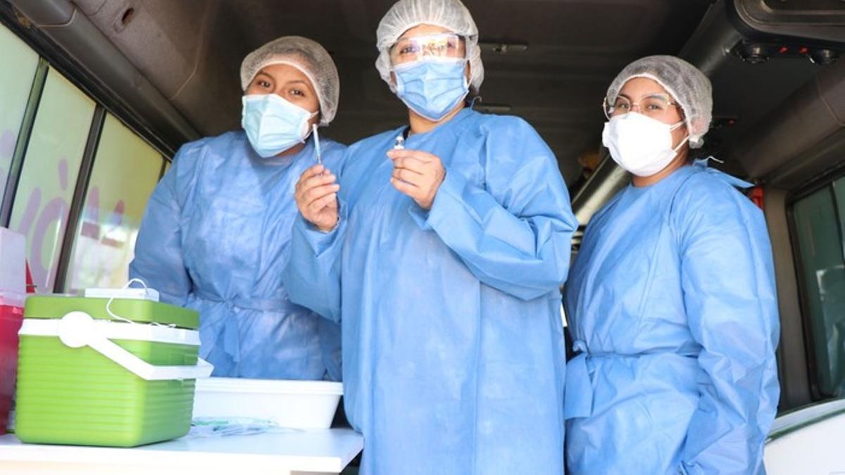 Los vacunadores ambulantes recorren barrios y casas para inmunizar a los ciudadanos