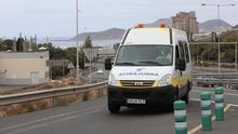 Ambulancia en las inmediaciones del Hospital Doctor Negrín de Gran Canaria. (ALEJANDRO RAMOS)