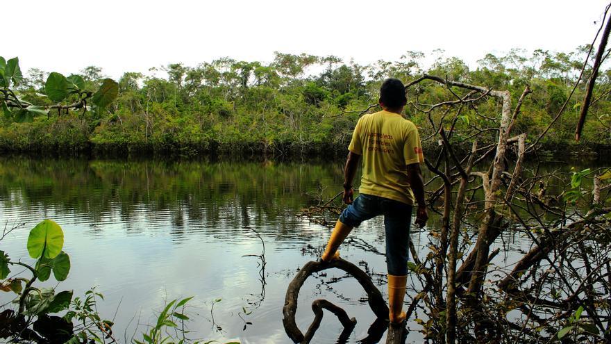 Un poblador de Llanchama otea el horizonte en busca de caimanes en una laguna cercana a la comunidad. | FOTO: Jaime Giménez