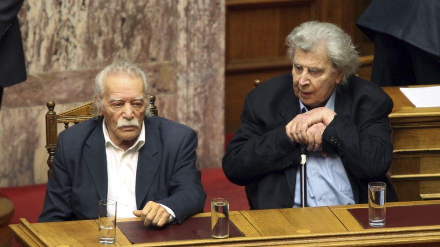Manolis Glezos y Mikis Theodorakis, en el Parlamento griego en enero de 2012. Foto: Pantelis Saitas/EFE.