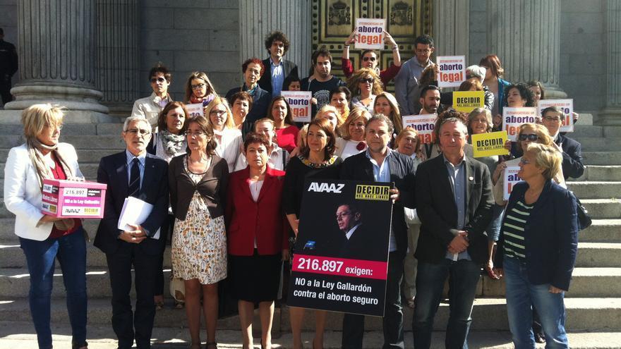Representates políticos y plataformas de oposión a la reforma del aborto del Gobierno frente al Congreso de los Diputados. / L.O.