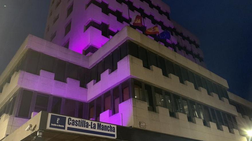 Delegación de la Junta en Guadalajara, iluminada de violeta