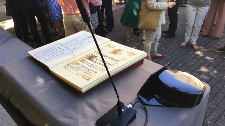 Un tricornio, junto a la Constitución sobre la que ha prometido el cargo Jesús Loza