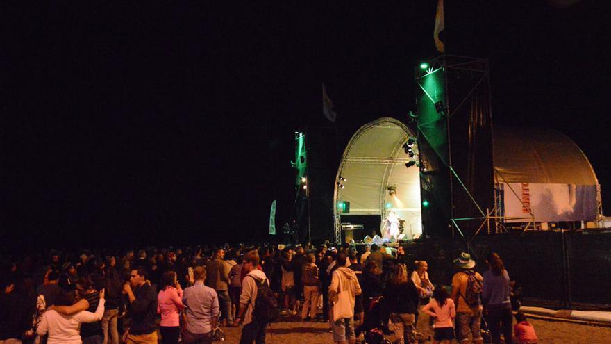 Público durante la actuación de Çiğdem Aslan y el grupo She'koyokh en el Womad Fuerteventura 2014 | Iago Otero Paz