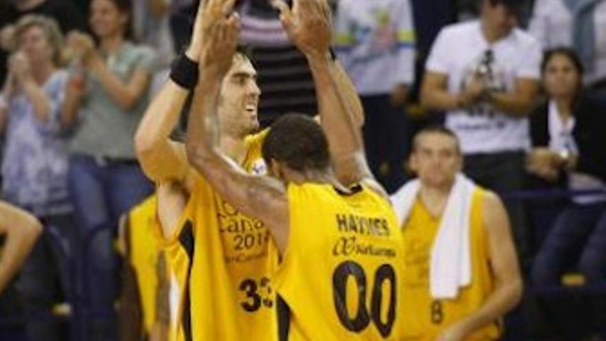 Beirán y Haynes se abrazan celebrando la victoria. (cbgrancanaria.net)