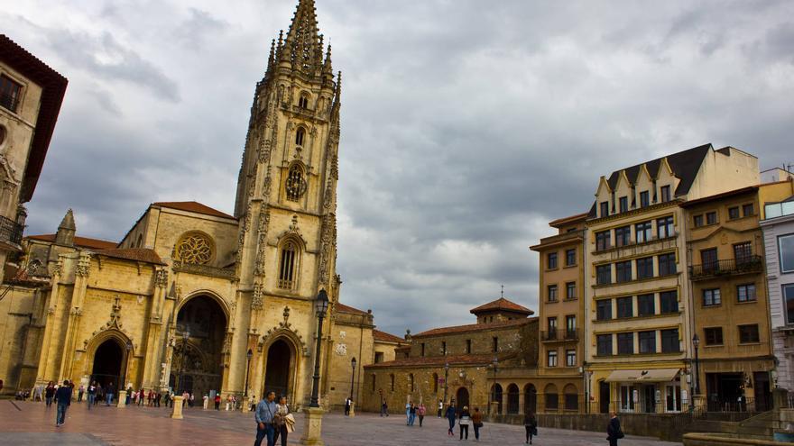 La Catedral preside la Plaza de Alfonso II El Casto en Oviedo.