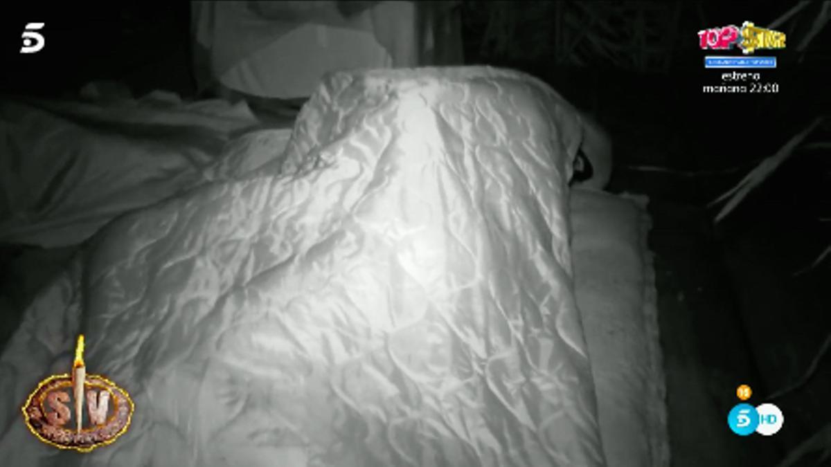 Lola y el novio bajo las sábanas