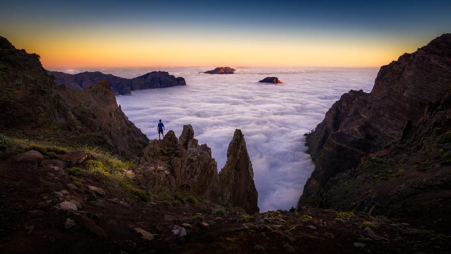Primer premio del concurso nacional de fotografía Cien años en la Red de Parques Nacionales: 'Parado frente al mar' de Javier Martínez Morán.