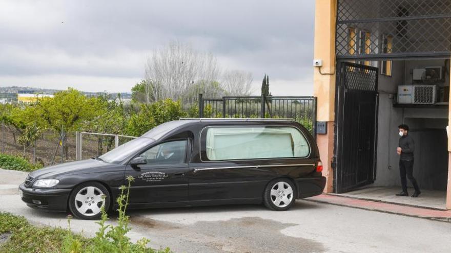 Un coche fúnebre a las puertas de una residencia de mayores.