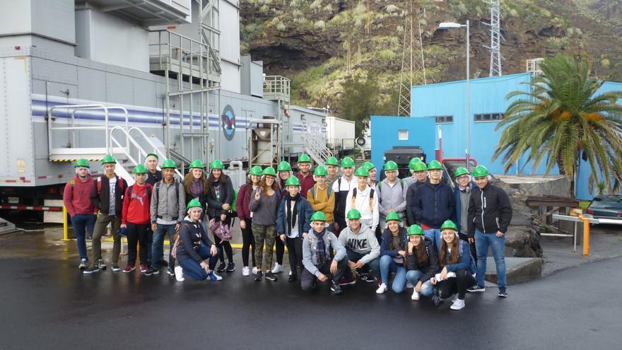 Grupo de alumnos y profesores del IES Eusebio Barreto Lorenzo de Los Llanos de Aridane en la central eléctrica de Los Guinchos.