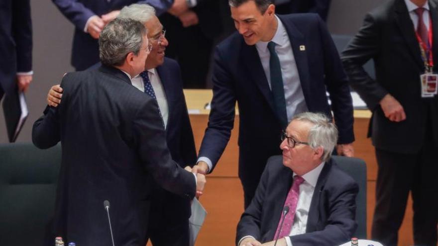 El presidente del Gobierno de España, Pedro Sánchez, saluda al presidente del Banco Central Europeo, Mario Draghi (i), y el primer ministro de Portugal, António Costa.
