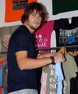 Luis Ramiro en el barrio, eligiendo camiseta en Ojoloco, calle Barco 8