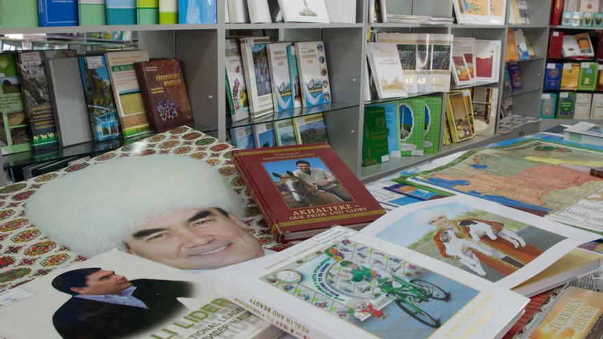 Las librerías turkmenas dedican la mayor parte de su espacio a exponer los innumerables libros que, supuestamente, ha escrito el dictador.