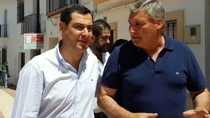 El exalcalde de Cartaya con Juanma Moreno durante una visita a la localidad.