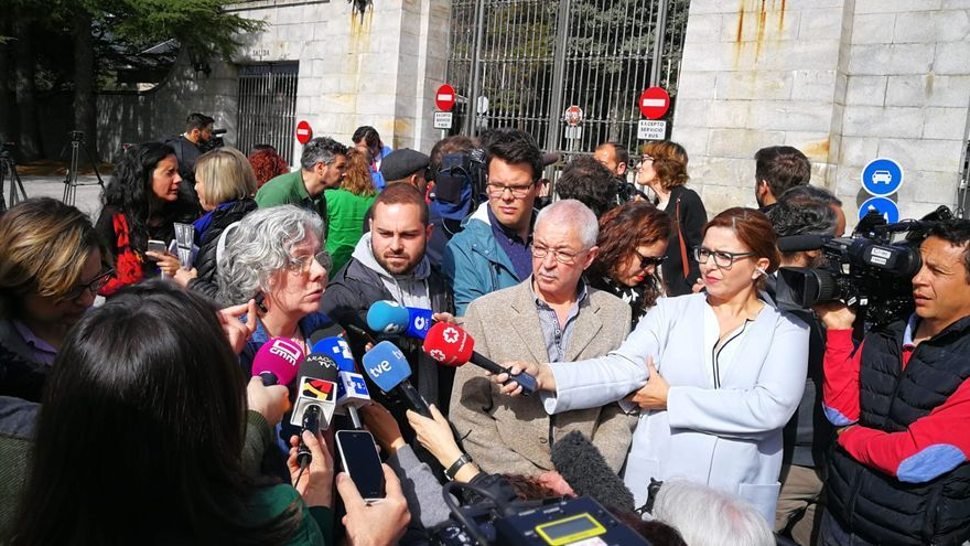 Francisco Cansado (en el centro) junto a miembros de la asociación en la entrada del Valle de los Caídos.