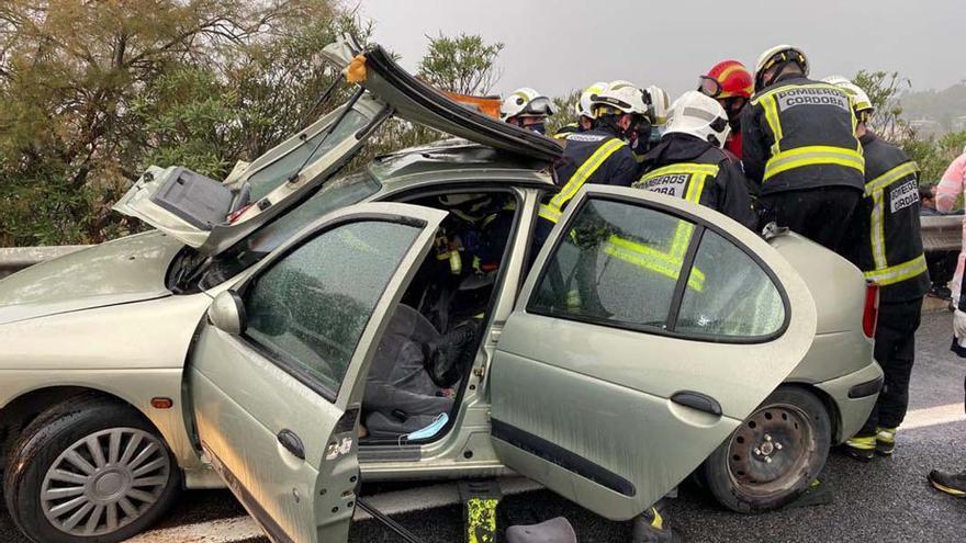Los bomberos rescatan a uno de los heridos | @cordobafire