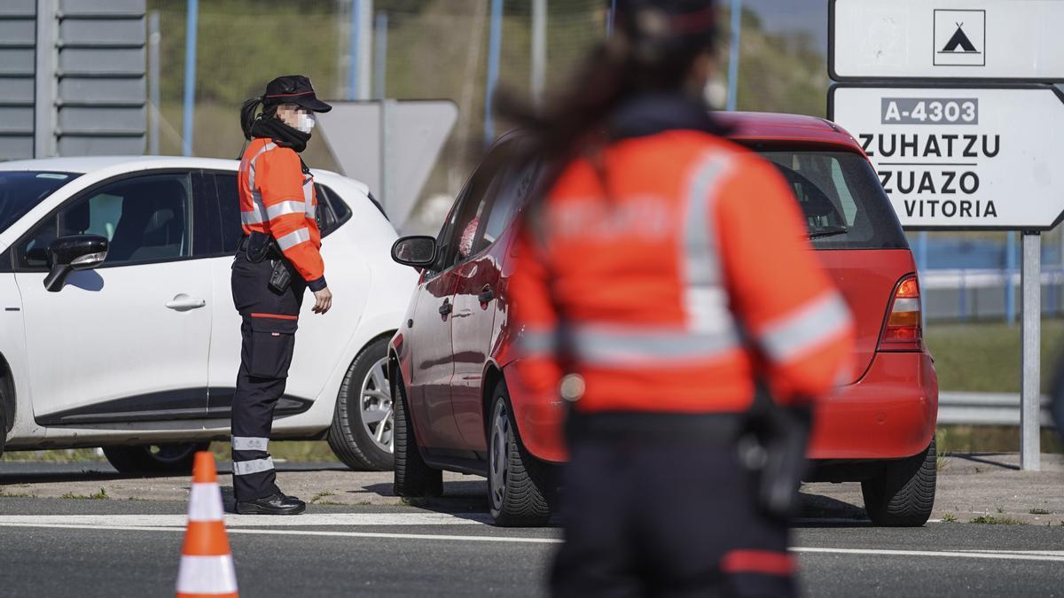 Dos ertzainas, en un control de tráfico en Vitoria, que desde este miércoles 7 de abril cuenta con un nuevo cierre perimetral.