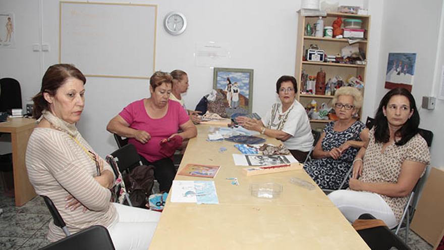 Socias de Afibrolan en la sede de la asociación.