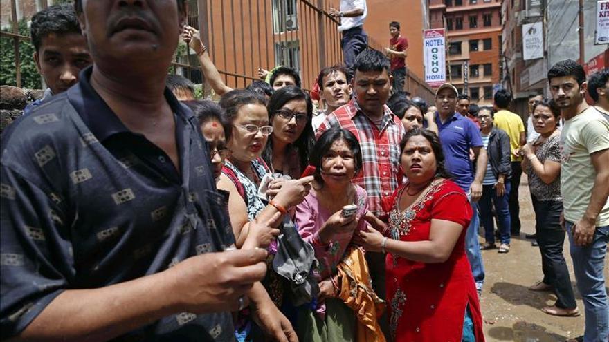 Nepalíes en busca de un espacio abierto durante un nuevo seísmo de 7,3 en Sankhu, a las afueras de Katmandú (Nepal). EFE