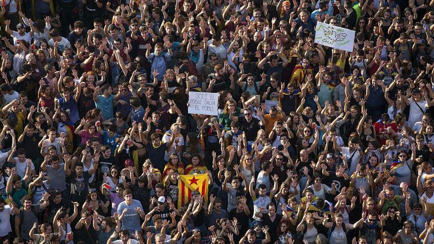 Imagen de las personas levantando las manos en la convocatoria de plaza Universitat | ROBERT BONET