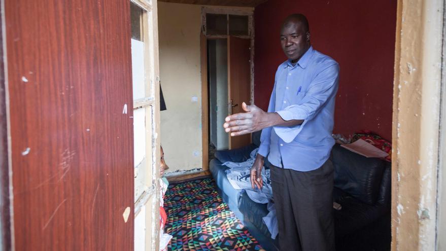 Kisima en la puerta de la vivienda. Foto: Juan Manzanara.