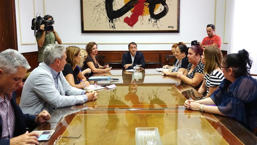Reunión celebrada este martes en el Ayuntamiento con representantes de los vecinos amenazados por los desahucios