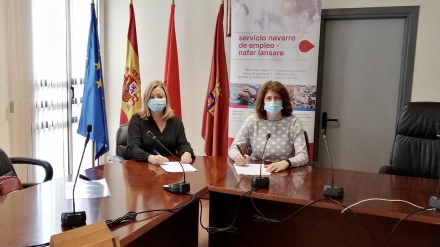 Miriam Martón, directora gerente del Servicio Navarro de Empleo, en la firma del convenio con la alcaldesa de Mendavia, María José Verano