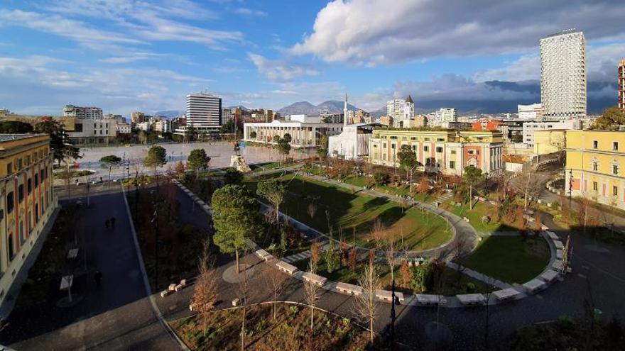 "Plaza céntrica ""Skënderbej"" de Tirana casi vacía, este miércoles."