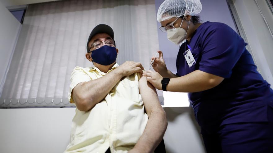 Una enfermera vacuna a un hombre en el centro médico La Costa de Asunción, en Paraguay.