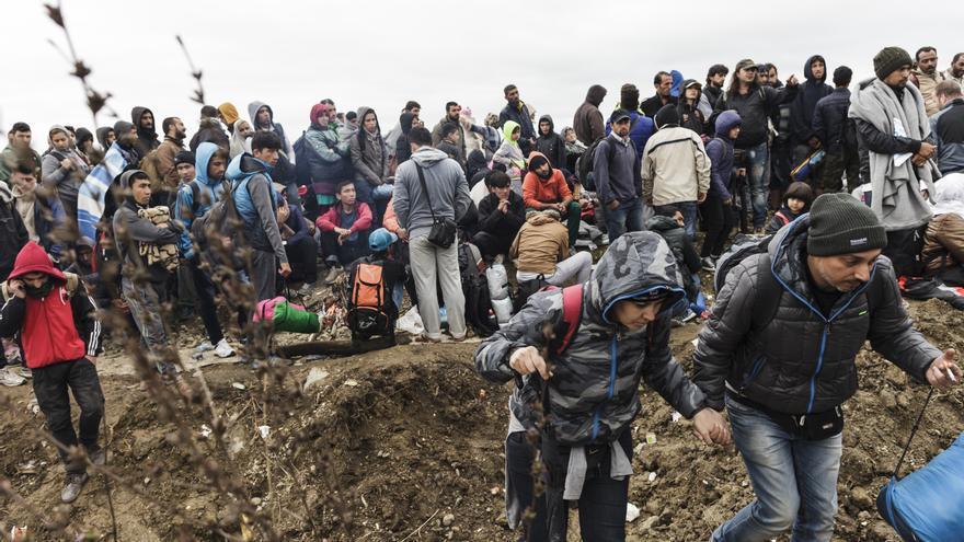 Refugiados y migrantes esperan en el lado serbio de la frontera de Jemena en su intento de entrar a Croacia/ Achilleas Zavallis - MSF