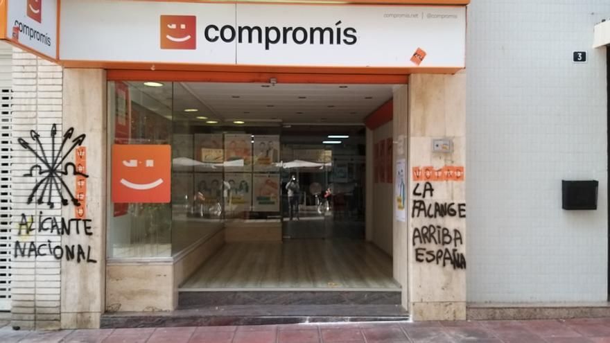 Fintadas falangistas en la sede de Compromís en Alicante.