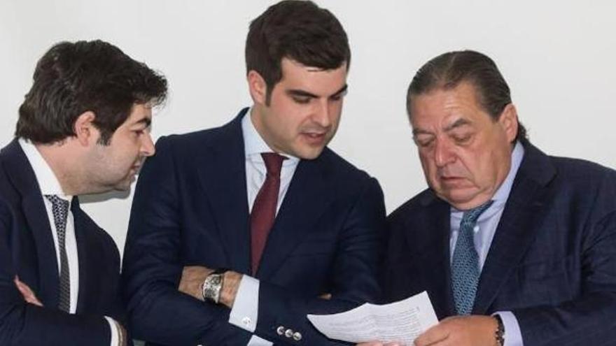 Vicente Boluda despacha con sus dos hijos, quienes garantizan la sucesión en el grupo empresarial.
