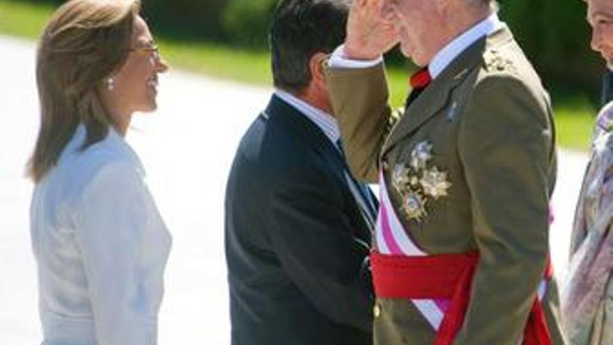 El Rey preside un homenaje a la bandera y saluda a Chacón