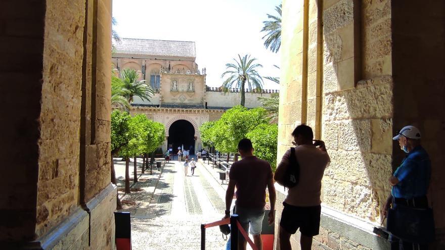 Turistas accediendo al Patio de los Naranjos de la Mezquita-Catedral de Córdoba.